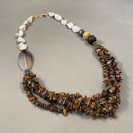 Colar curto com madre pérolas, peças de vidro(tipo murano) e cascalhos de olho de tigre.