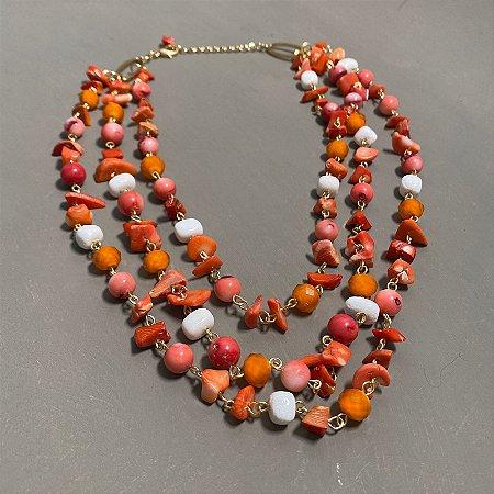 Conjunto de colares alfinetados com cascalhos e esferas coral.