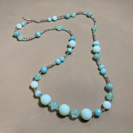 Colar longo de cristais tchecos translúcidos e esferas azuis de vidro(tipo murano).