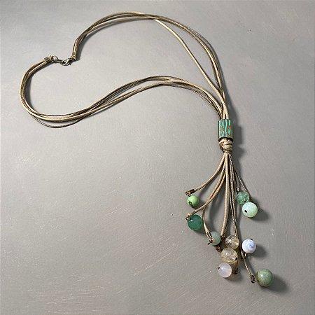 Colar longo de cordão cru e pingentes de esferas de vidro (tipo murano) .