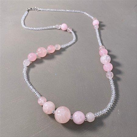 Colar longo com cristais lapidados translúcidos e esferas de quartzo rosa.