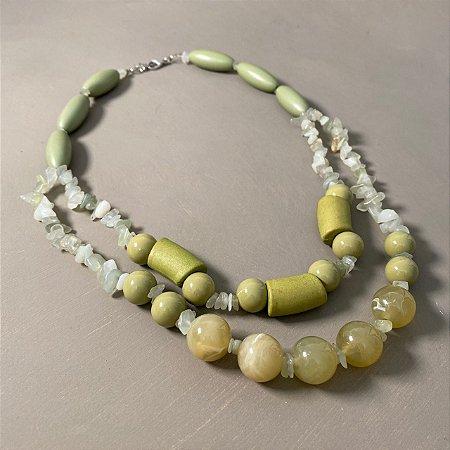 Colar curto duplo com peças de madeira verde musgo, esferas de vidro(tipo murano) e cascalhos.