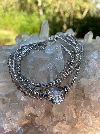 Conjunto de pulseiras com fecho de imã, de cristais tchecos lapidados translúcidos em tons fumê e detalhes de metal banhado.