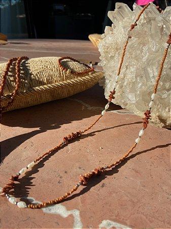 Colar longo de miçangas, cascalho de pedra do sol e pérola barroca.