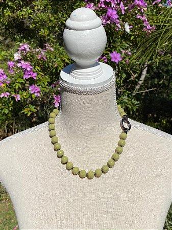 Colar curto de esferas de murano verde musgo e detalhes de metal banhado.