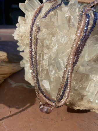 Colar gargantilha de camadas sofisticado com cristais tchecos lapidados em tons de roxo e pedra ametista ao centro.
