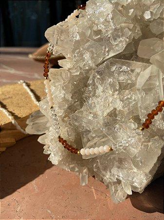 Colar gargantilha de cristais tchecos lapidados multicores e detalhes de metal banhado.