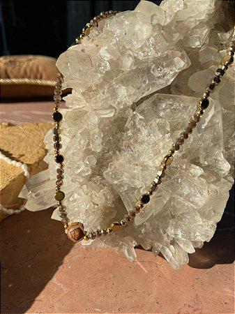 Colar gargantilha de cristais tchecos lapidados cinza,detalhes de metal banhado e peça indiana ao centro.