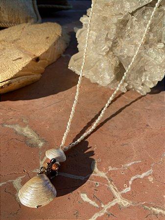 Colar longo de micro pérolas barrocas , pingente de conchas de madre pérola e pedras naturais.