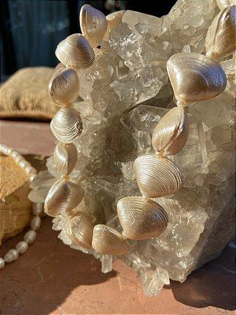 Colar curto sofisticado de conchas de madre pérola.