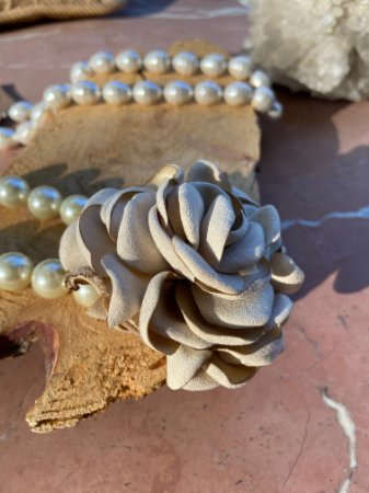 Colar curto de pérolas com pingente de flor de seda cru.