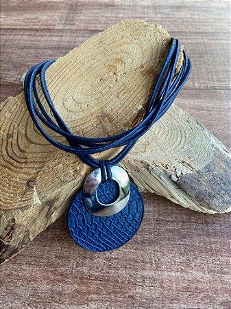 Maxi colar com camadas de cordão de seda azul e pingente trabalhado e detalhes de metal banhado.