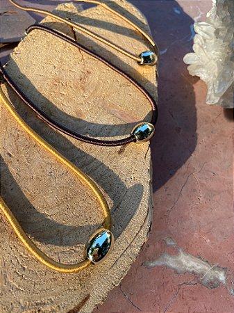 Colar curto,cordão de seda cor mostarda e pingente dourado.