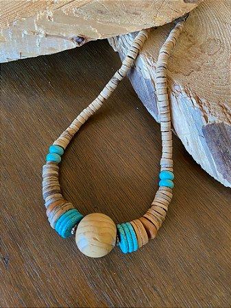Colar curto misto de peças em madeira e pedra turquesa.