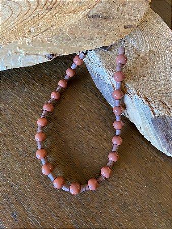 Colar curto misto de esferas  de vidro (tipo murano) e borrachinhas indianas cor canela.