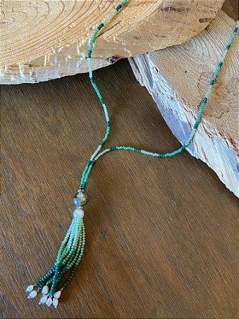 Colar longo de cristais tchecos lapidados com degradê de verdes e pingente de cristal translúcido e cristais,com detalhe de pérolas barrocas.