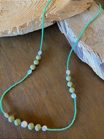 Colar longo de cristais tchecos lapidados cor verde menta,esferas de cerâmica cor oliva e pérolas barrocas.