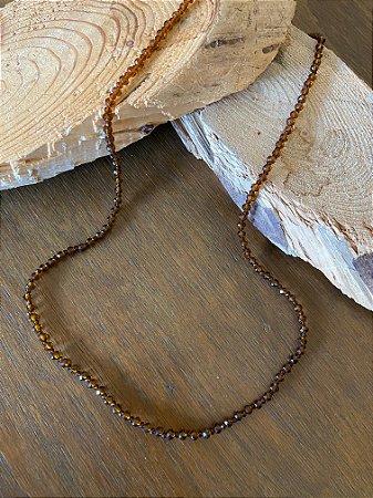 Colar longo de cristais tchecos translúcidos lapidados cor terracota.