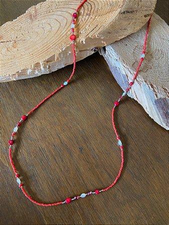 Colar longo de miçangas e esferas em tons coral e pérolas barrocas.