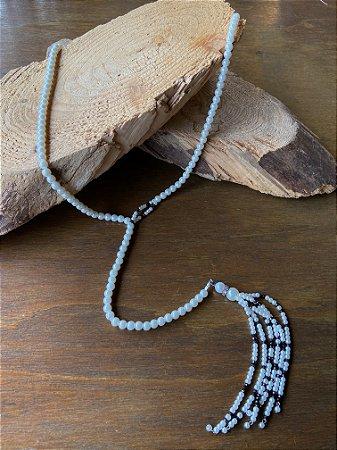 Colar longo modelo gravata de pérolas,e pingente de pérolas pequenas e cristais tchecos lapidados cor chumbo.