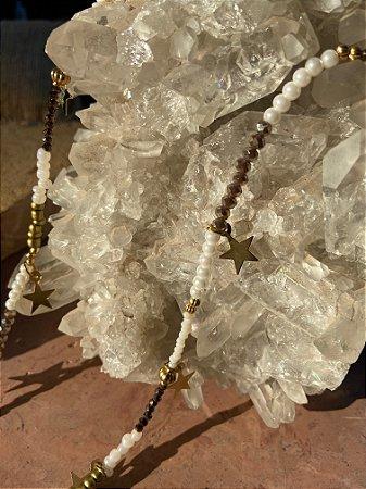 Colar longo de cristais tchecos lapidados mesclando em tons de branco,cinza e chumbo e pingentes de estrelas em metal banhado.
