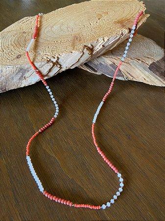 Colar longo de cristais tchecos lapidados em tons branco e coral,com detalhes de metal banhado.