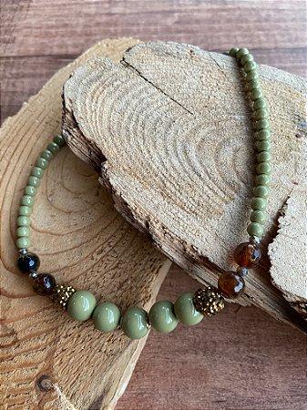 Colar curto sofisticado de esferas grandes e pequenas verde oliva e pedra ágata de fogo com detalhes cravejados de micro zircônias douradas.