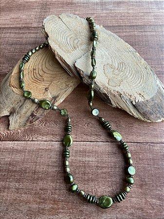 Colar longo de acrílicos cor verde musgo,formato diversos.