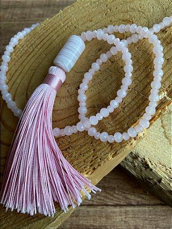 Colar longo de pedras quartzo rosa lapidados,peça em polímero e pingente de fio de seda.