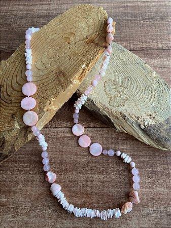 Colar longo misto de cascalhos,madre pérola,quartzo rosa e detalhes de metal banhado.