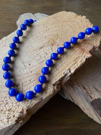 Colar curto com nó de esferas em polímero azul bic.