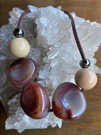 Colar curto de acrílicos com esferas crus e terracota,detalhes de metal banhado e fio marrom.