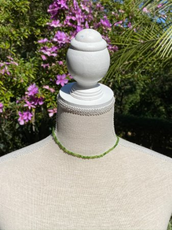 Colar gargantilha de pedra quartzo verde.