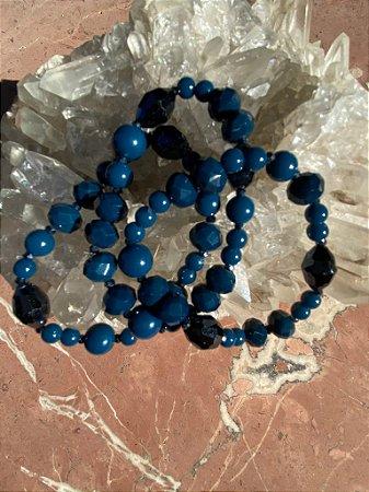 Conjunto de pulseiras mista de cristais tchecos lapidados e esferas em polímero azul petróleo.
