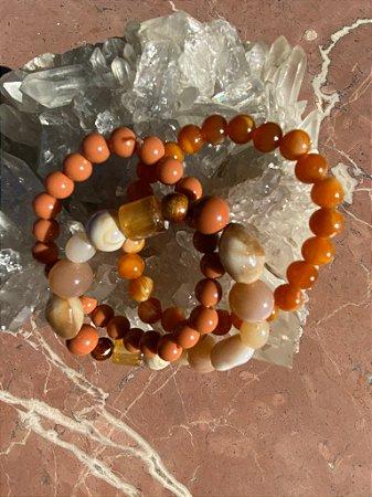 Conjunto de pulseiras,peças em polímero diversos tamanhos tons terracota.