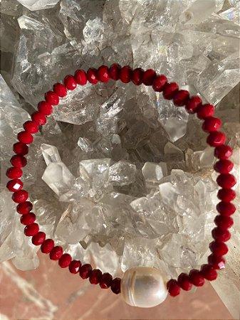 Pulseira de cristais tchecos lapidados vermelhos com pérola barroca ao centro.