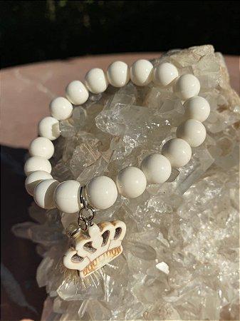 Pulseira de pedra dolomita e pingente de coroa em turquesa branca.
