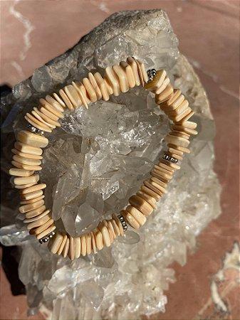 Pulseira de cascalhos  de pedra jaspe e detalhes em metal banhado.