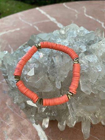 Pulseira de borrachinhas indianas cor coral e detalhes em metal banhado.