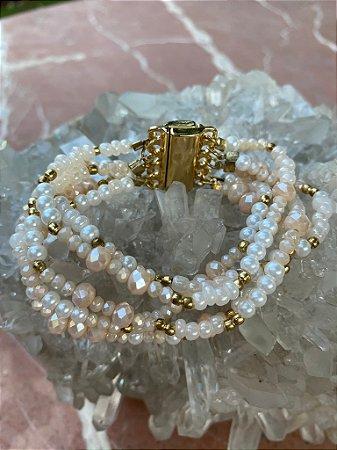 Conjunto de pulseiras mista de pérolas pequenas, cristais tchecos lapidados, detalhes de metal banhado e fecho de imã.