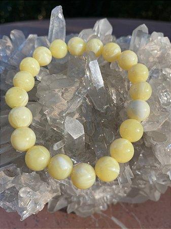 Pulseira de esferas em polímero amarelo claro.