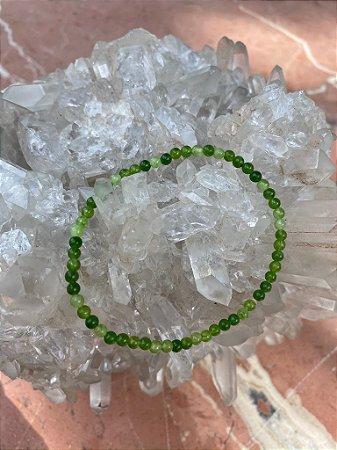 Pulseira de pedras pequenas quartzo verde lapidadas.