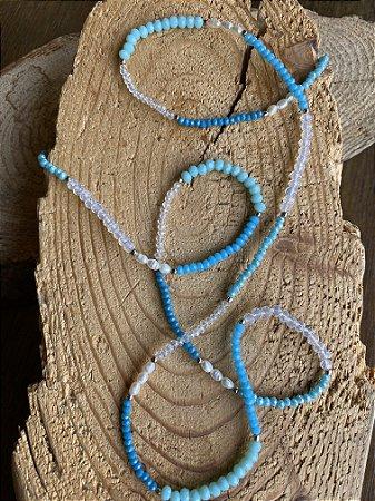 Colar longo de cristais tchecos lapidados degradê azul , pérolas barroca e entremeios de metal banhado.