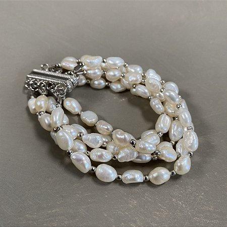 Conjunto de pulseiras de pérolas barrocas ,fecho com imã e entremeios de metal banhado.