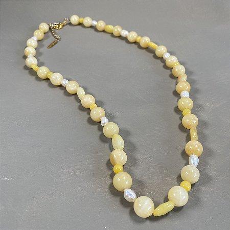 Colar curto de pedras quartzo amarelo e pérolas barrocas.