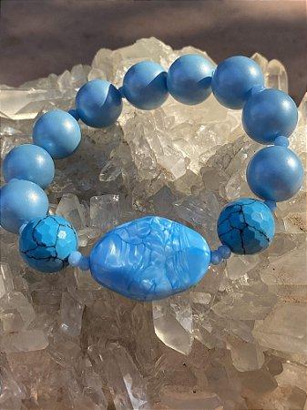 Pulseira de esferas em polímero azul fosco,e pedras turquesas e cristais tchecos lapidados.
