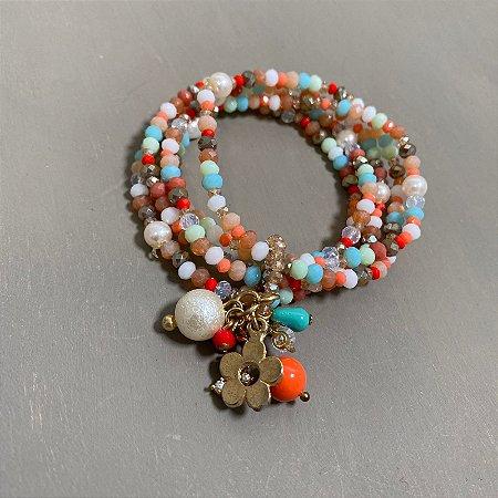 Conjunto de pulseiras de cristais tchecos lapidados multicores, pérolas barrocas e penca de pingentes diversos.