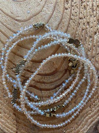 Conjunto de pulseiras de cristais tchecos translúcidos e peças de coração e estrelas em metal banhado.