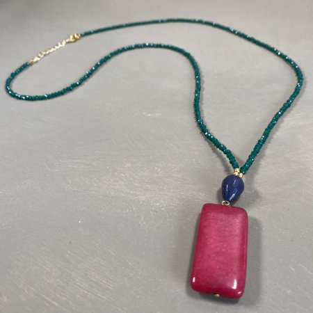 Colar longo de cristais tchecos lapidados verde bandeira ,pingentes de pedras jade rubi e lapis lazuli,e detalhes de metal banhado.