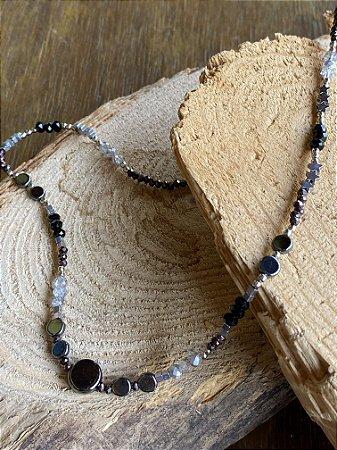 Colar gargantilha de cristais tchecos lapidados negros e peças diversos formatos em metal banhado.